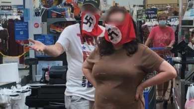 """Photo of Indignación y repudio en EEUU por una pareja con mascarillas nazis en un supermercado: """"Están enfermos"""""""