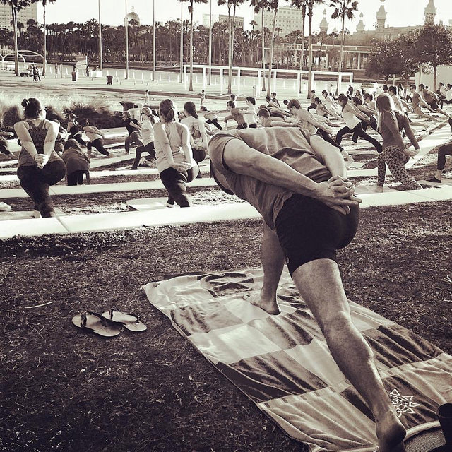 Doing yoga at Curtis Hixon Park in lululemon