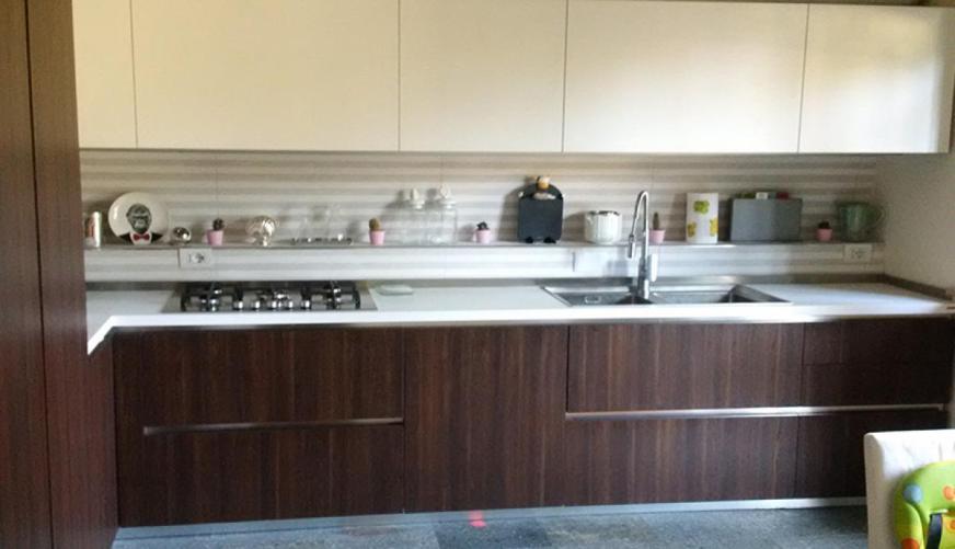 Cucina con piastrelle di design e piano in marmo - Cucina ...