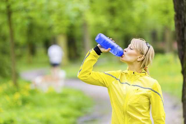 É muito importante beber água antes, durante e após a caminhada