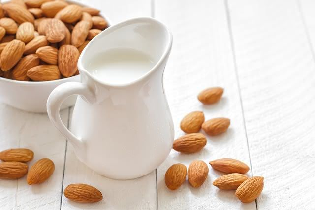 leite-amendoas Leite de amêndoas ou leite de vaca?