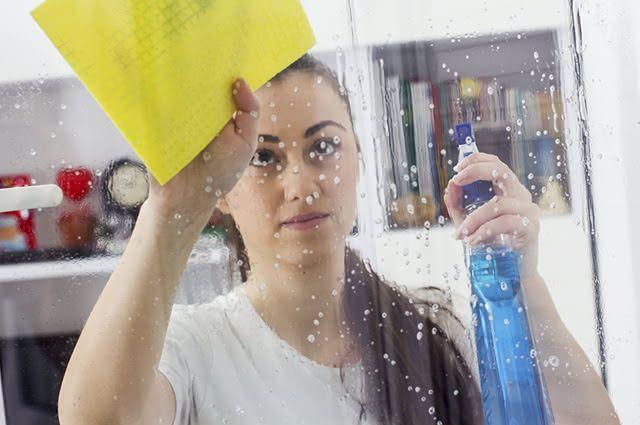 Com o auxílio de um borrifador, é possível fazer a limpeza das janelas usando vinagre