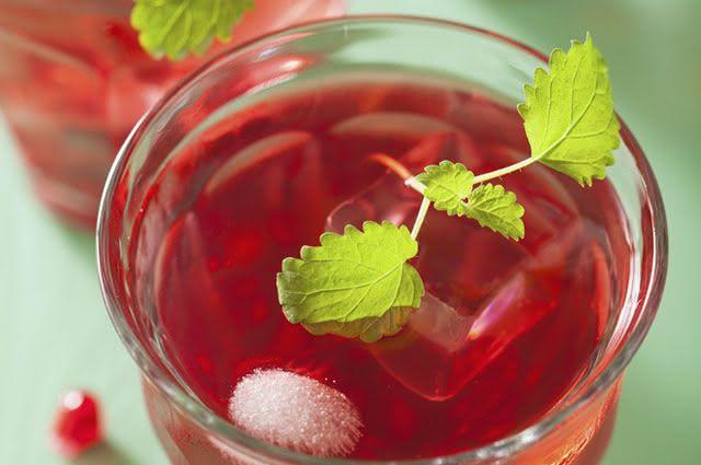 Uma dica para consumir o suco de hibisco com hortelã é acrescentar cubos de gelo