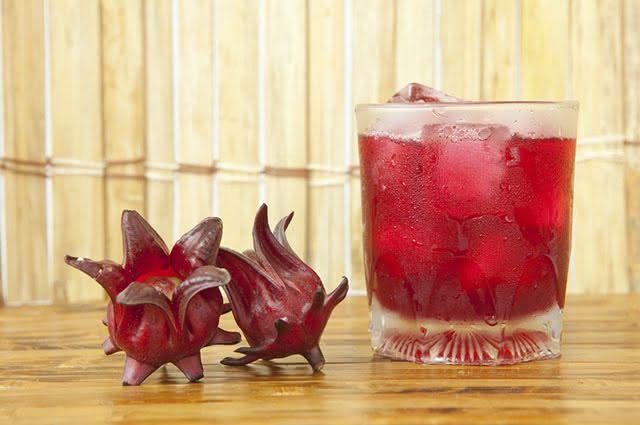 O suco de hibisco é um antioxidante natural capaz de inibir o aparecimento de radicais livres