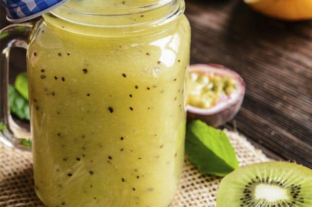 O suco de maracujá combina com kiwi e melancia