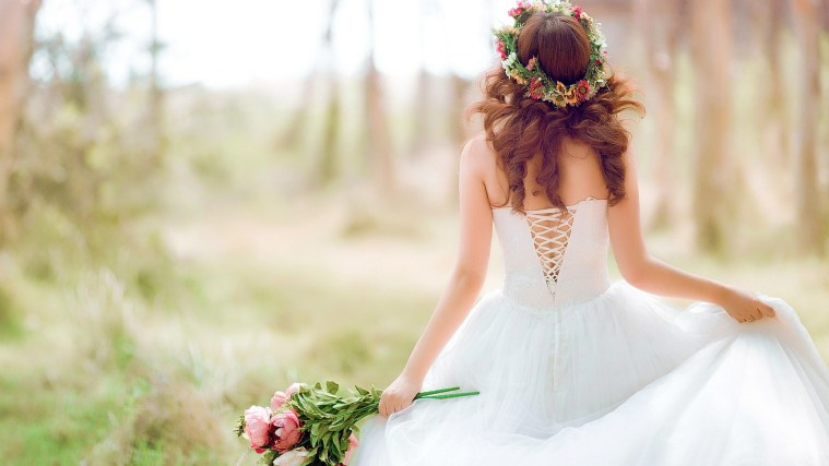 How To Pose For Your Wedding Photos - Tips For Looking Natural And Comfortable In Your Wedding Photos