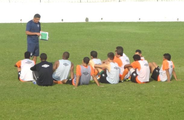 Flávio Araújo conversa com jogadores antes do treino