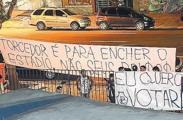 Torcida fez protesto na frente da sede social