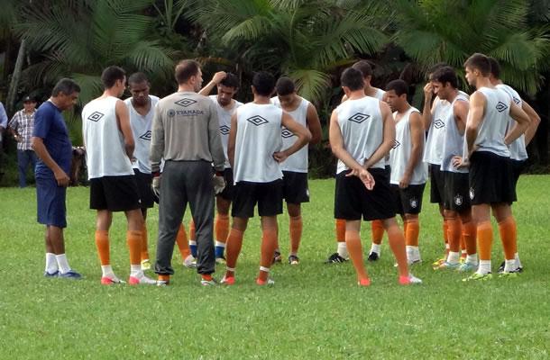 Flávio Araújo conversa com jogadores antes do treino no campo do Deca