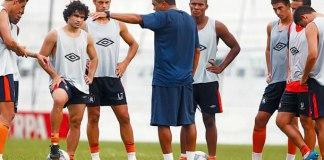 Flávio Araújo orienta seus jogadores durante mais um dia de treinamentos