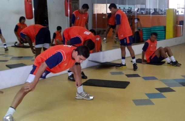 Jogadores se exercitam na academia