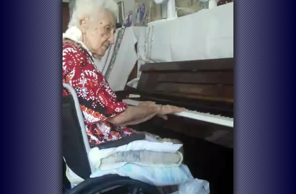 Vovó azulina no piano