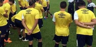 Cacaio orienta os jogadores antes de iniciar o treino