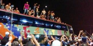 Jogadores comemoram o acesso em cima do ônibus