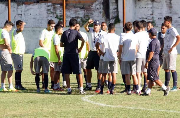 Léo Goiano conversa com os jogadores antes de iniciar o treino