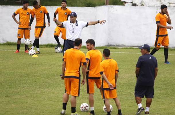 Léo Goiano orienta os jogadores antes de iniciar o treino