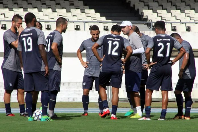 Artur Oliveira orienta os jogadores antes de iniciar o treino
