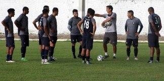 João Nasser Neto (Netão) orienta os jogadores antes de iniciar o treino