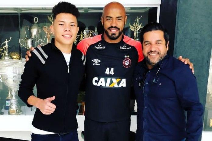 Lucas Gabriel, Thiago Heleno (Atlético-PR) e o empresário Anderson Nassrala