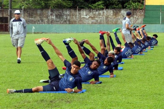 Jogadores remistas realizam atividade física