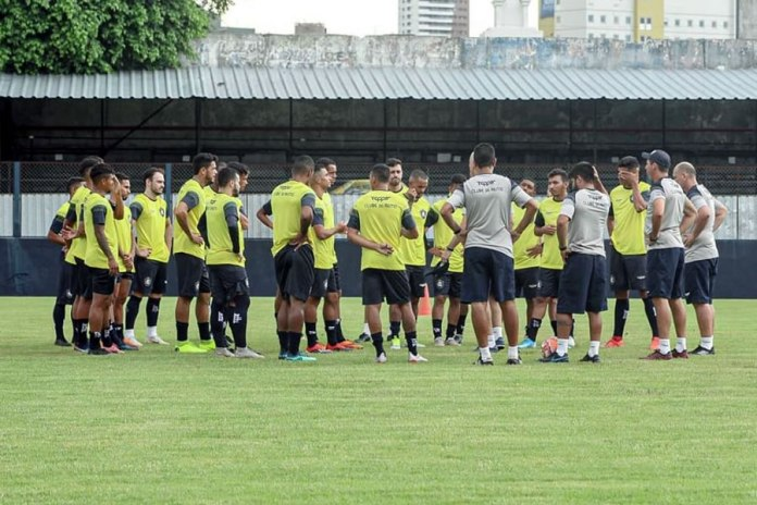 Rafael Jaques orienta os jogadores antes de iniciar o treino