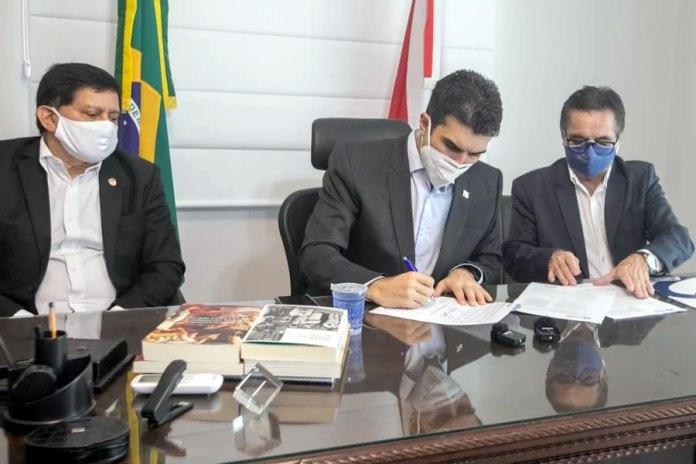 Maurício Bororó (vice-presidente da FPF), Helder Barbalho (Governador do Pará) e Braselino Assunção (presidente do Banpará)