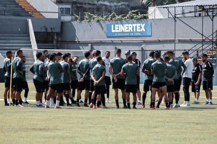 Paulo Bonamigo orienta os jogadores antes de iniciar o treino