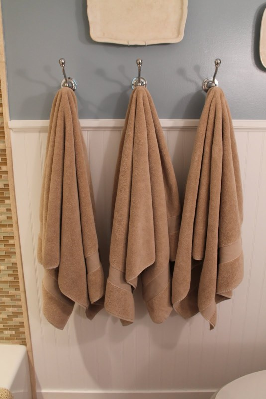 15 Towel hooks vs towel bars, by Elizabeth and Co featured on @Remodelaholic