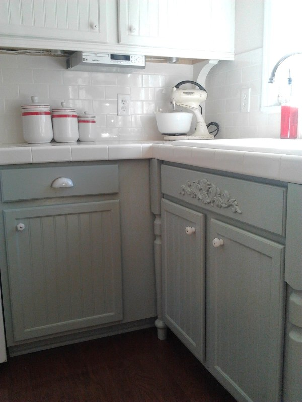 9 Kitchen cabinet update, oak to gray paint, Silver Mink by Benjamin Moore, milk glass knobs, Mom and Her Drill featured on @Remodelaholic