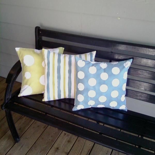 spray painted outdoor pillows for a welcoming porch, Remodelaholic