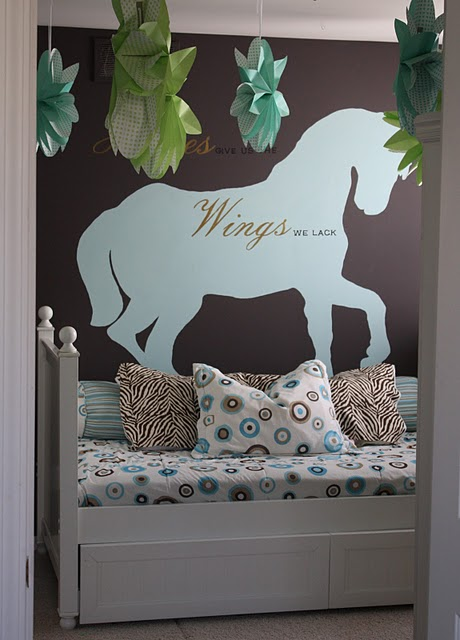tween-girls-room-with-horse-theme-turqouise-and-brown (4)