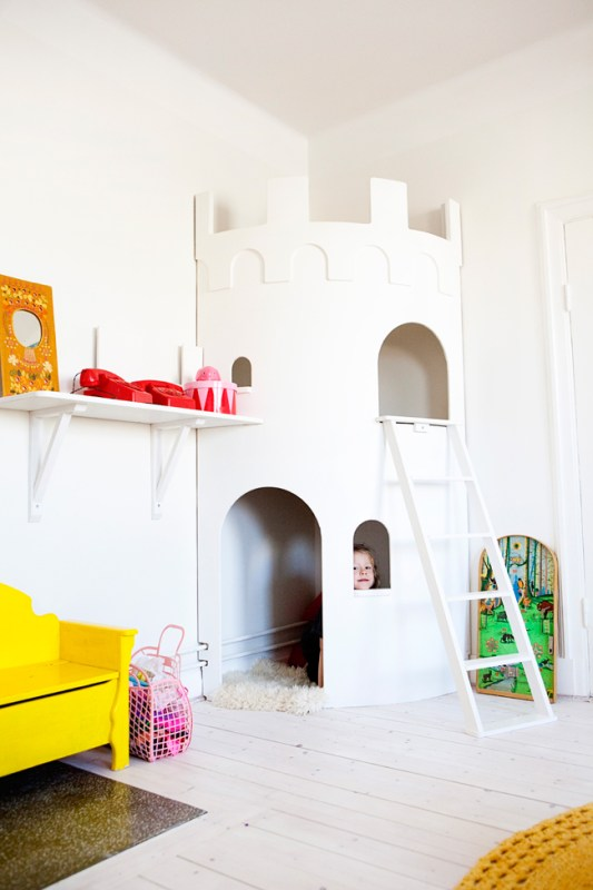 Kids Castle Playhouse Aprill Aprill Via Remodelaholic