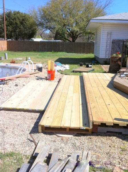 building a tiered walk-out pallet patio, The Second Wind of Texas featured on Remodelaholic