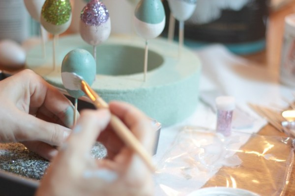 easy Easter craft idea - paint dipped eggs by thespacebetweenblog.net for Remodelaholic.com