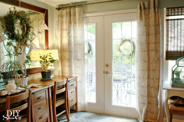 DIY Showoff - handwritten script diy curtains - via Remodelaholic