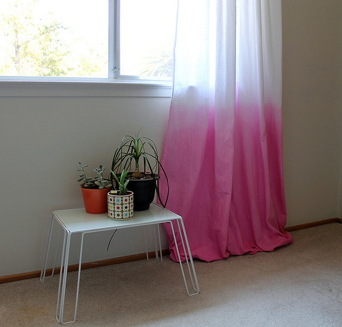 Vitamini Handmade - diy dip dyed curtains - via Remodelaholic