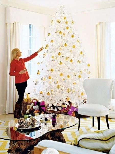 gold and white christmas tree via @Remodelaholic