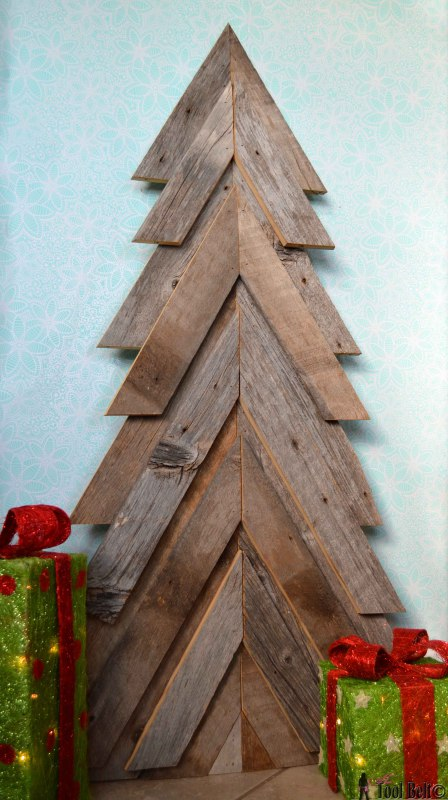 build an outdoor rustic Christmas tree - Her Toolbelt via @Remodelaholic