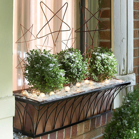 use lights and wire stars in outdoor window planter boxes - BHG via @Remodelaholic