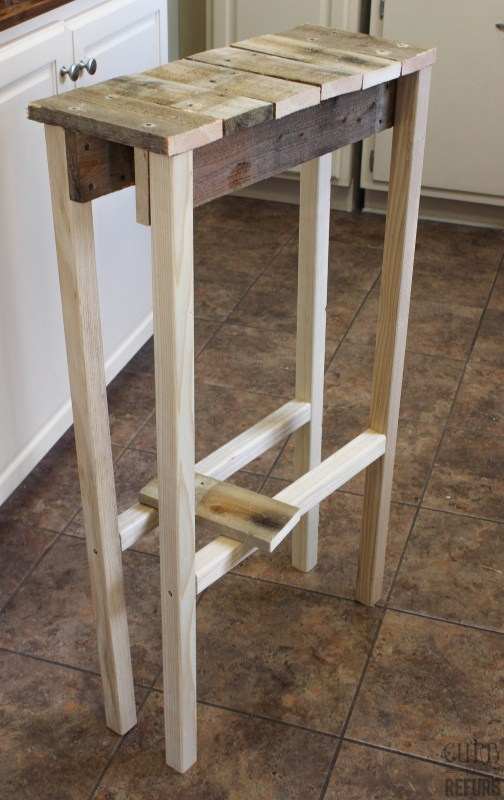 Console Table Salvaged from a Pallet by Curb to Refurb featured on Remodelaholic