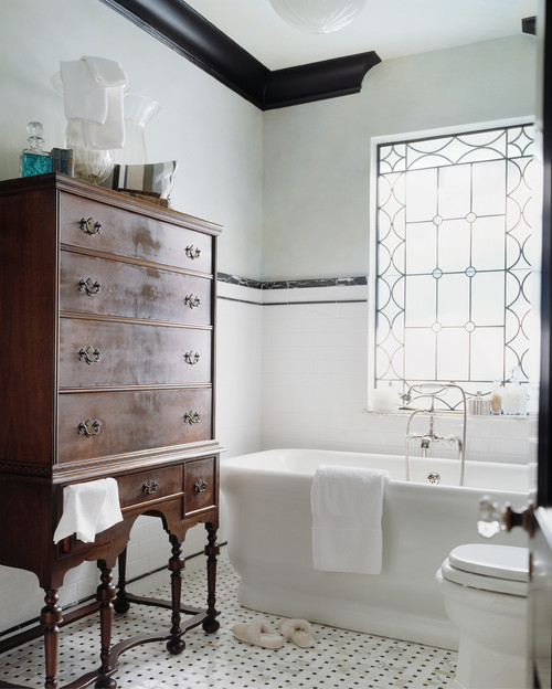 black crown molding in a black and white bathroom (Houzz via HP)