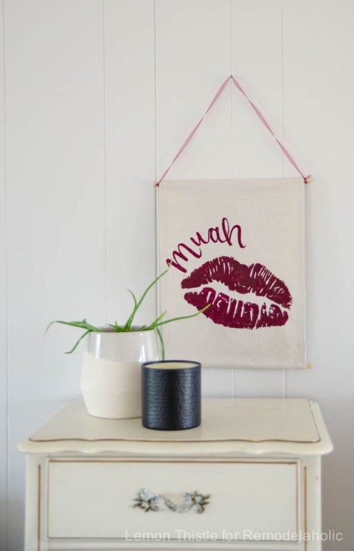 Easy no-sew banner for a Valentine's Day wall hanging -- so easy to customize for any holiday @Remodelaholic (3)