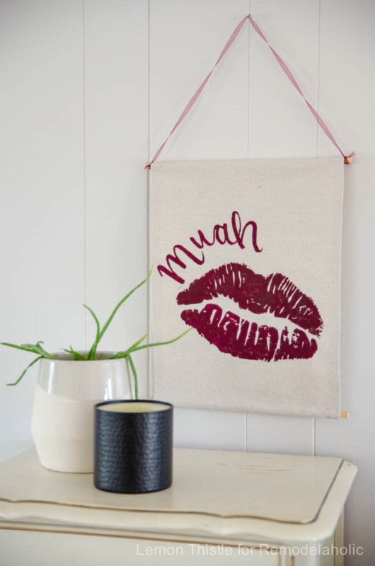Easy no-sew banner for a Valentine's Day wall hanging -- so easy to customize for any holiday @Remodelaholic (4)