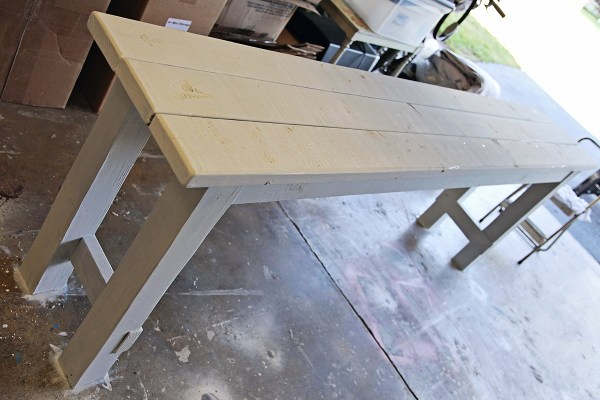 Tutorial for building and painting a beachy console table using two colors of Miss Mustard Seed Milk Paint by Shabbyfufu featured on @Remodelaholic
