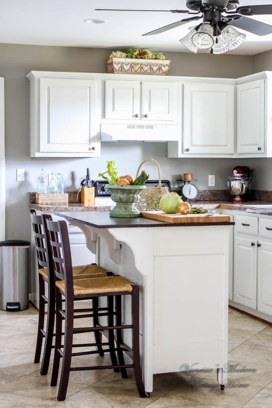 Paint kitchen cabinets in one weekend by Vanessa's Modern Vintage Home featured on @RemodelaholicPaint kitchen cabinets in one weekend by Vanessa's Modern Vintage Home featured on @Remodelaholic