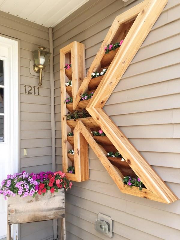 diy outdoor monogram planter by Ellery Designs on @Remodelaholic (3)