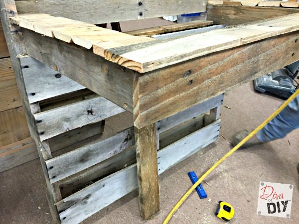 pallets-and-an-old-kitchen-sink-repurposed-into-an-outdoor-drink-cooler-diva-of-diy-featured-on-remodelaholic