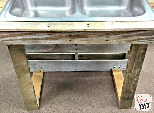 diy-outdoor-drink-station-for-entertaining-pallet-wood-and-junked-kitchen-sink-diva-of-diy-featured-on-remodelaholic