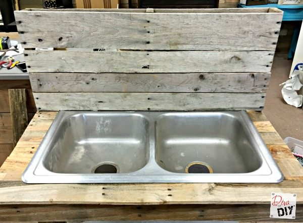 pallets-and-an-old-kitchen-sink-repurposed-into-a-patio-drink-station-diva-of-diy-featured-on-remodelaholic