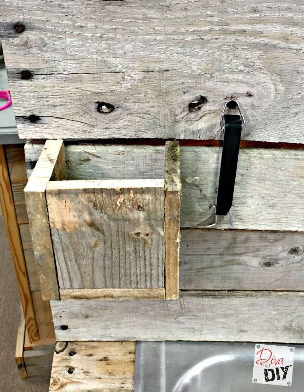 pallet-wood-drink-station-a-tutorial-diva-of-diy-featured-on-remodelaholic